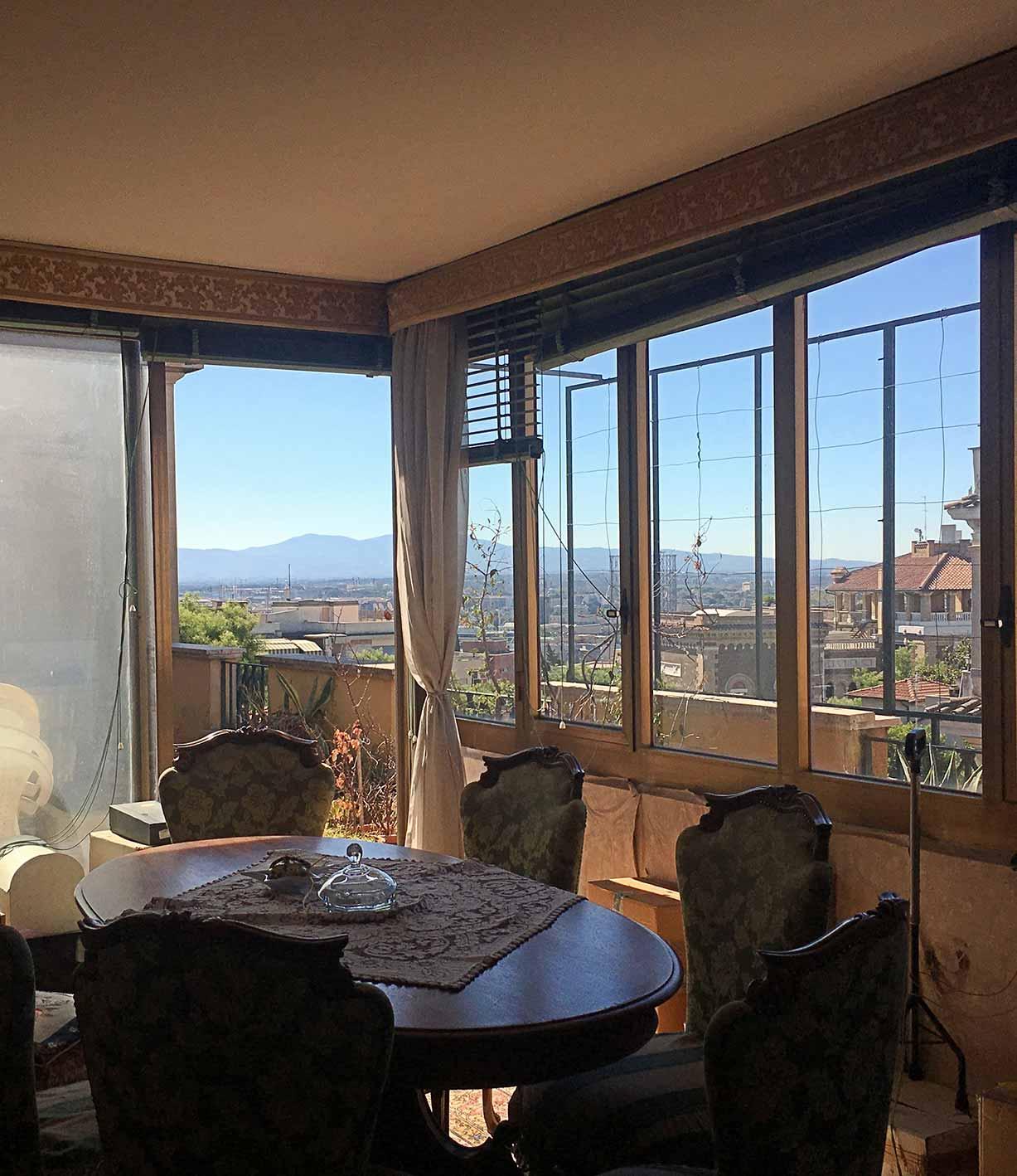 tavolo e finestra con vista su Roma